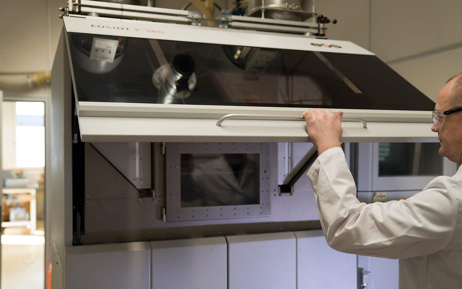 Kunststoffpulver (Thermoplast) wird mittels CO2-Laser Schicht für Schicht gesintert